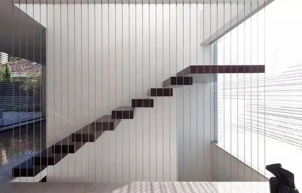 Lưới cầu thang an toàn được cấu tạo như thế nào? Công dụng ra sao?