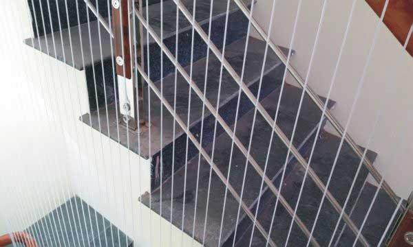 Vì sao cần lắp đặt lưới an toàn cầu thang?